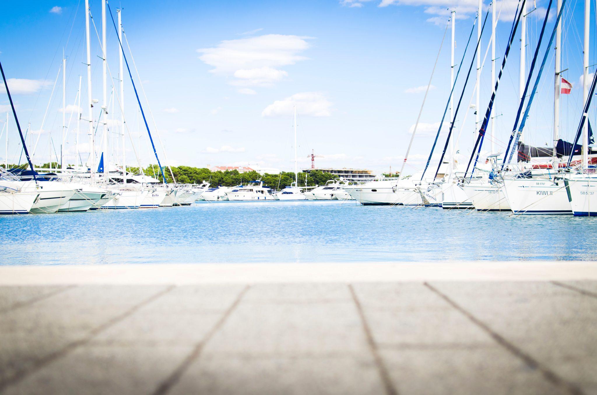 10 Conseils d'accostage pour bateau à moteur unique